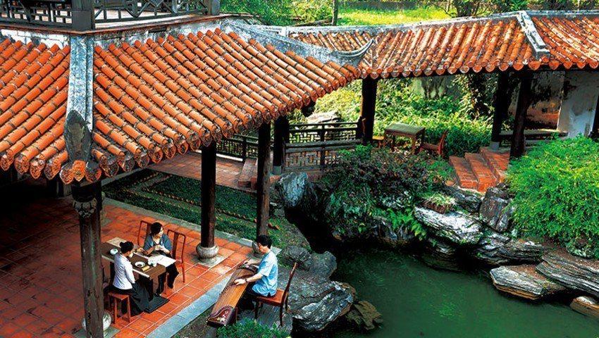 來到台灣最大的園林建築「南園」,能一享在亭台樓閣裡聽琴的遊園之樂,也可另外付費預...