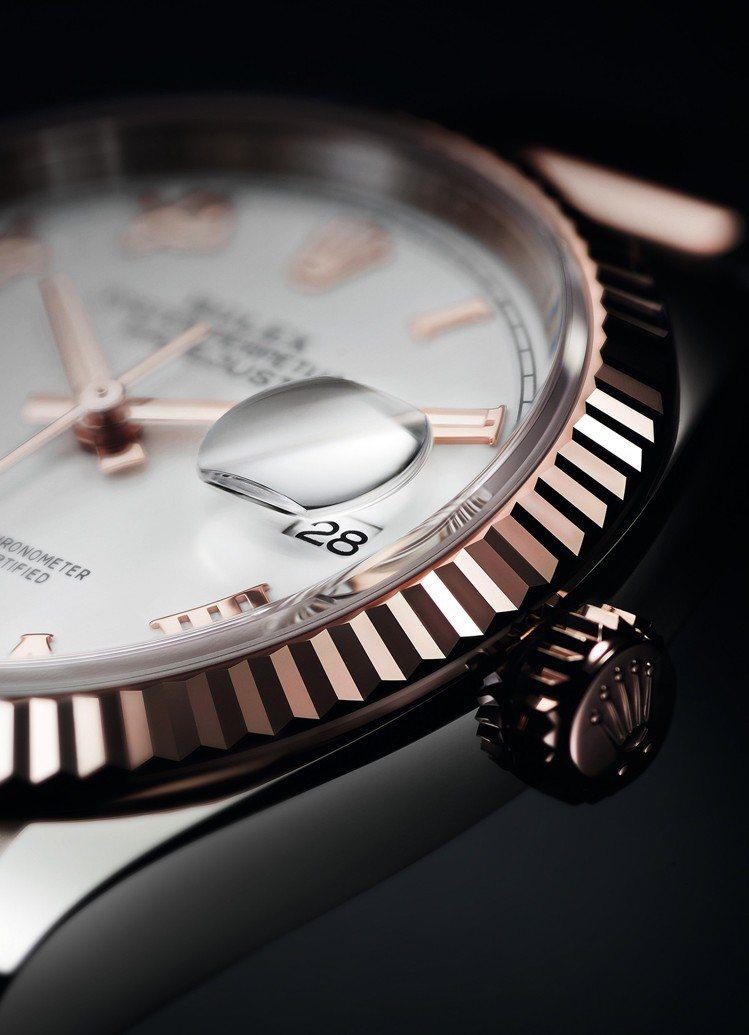 錶面3 點鐘位置設有小窗凸透鏡,方便讀取日曆。 圖/Rolex 提供