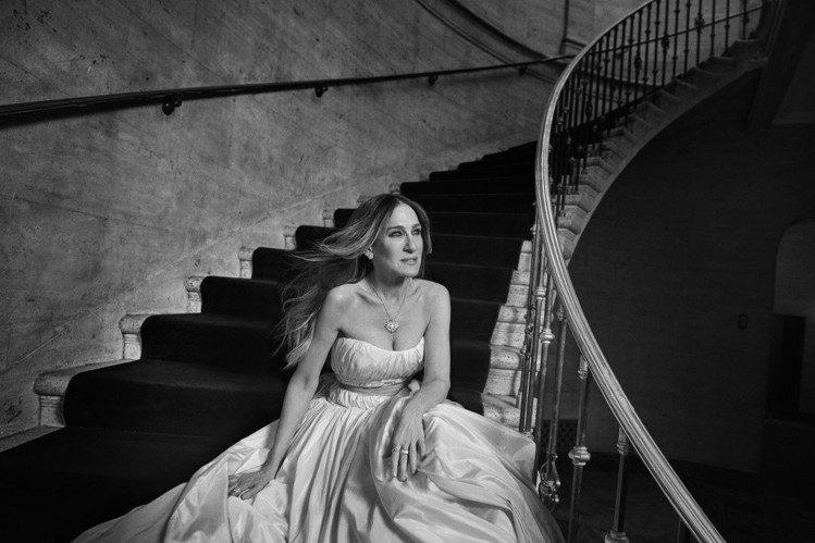 莎拉潔西卡派克替珠寶品牌Kat Florence拍攝的形象大片。圖/擷自wwd
