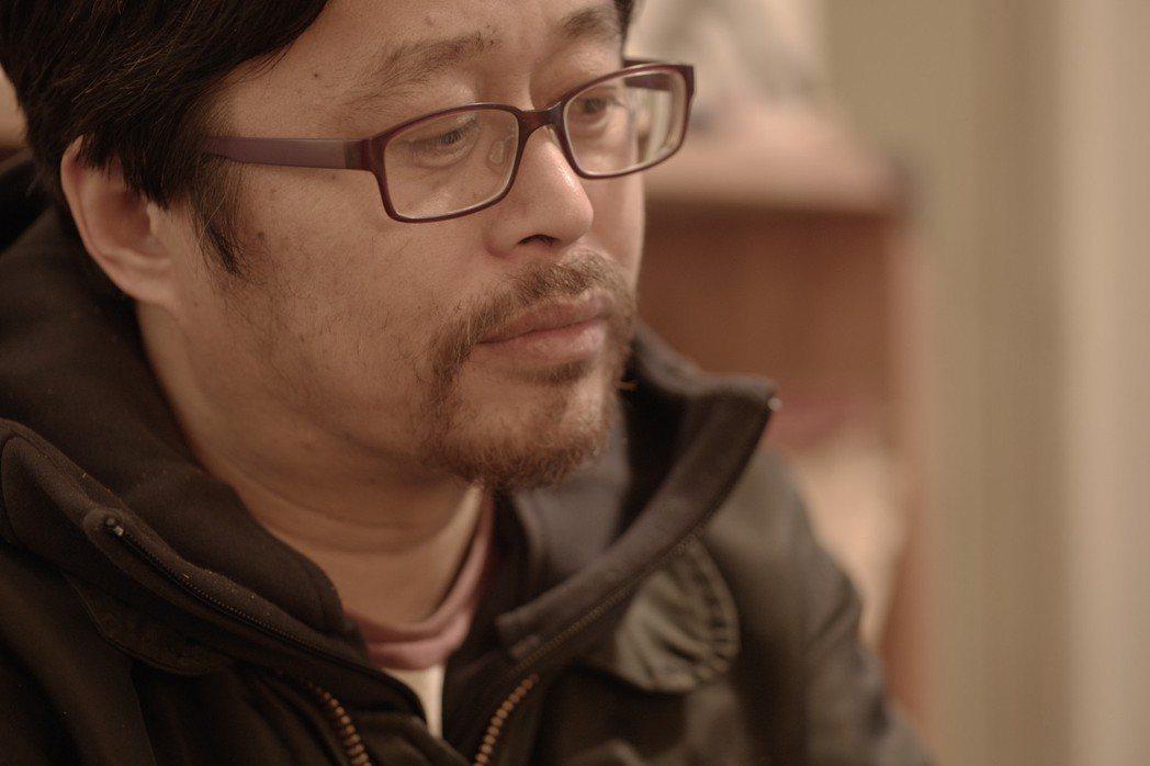 在《表現主義》裡,導演徐若濤跟拍華湧,訪談華湧身邊的人物,也拍畫家邱洪峰與華湧在...