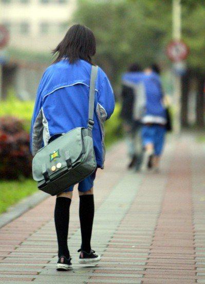 青少年在遭逢關係霸凌時,時常有口難言。圖為示意圖,非當事人。 記者陳易辰/攝影