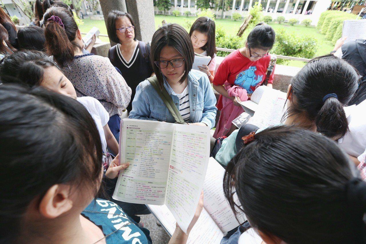 國中教育會考,考生把握最後時間唸書。聯合報系資料照/記者程宜華攝影