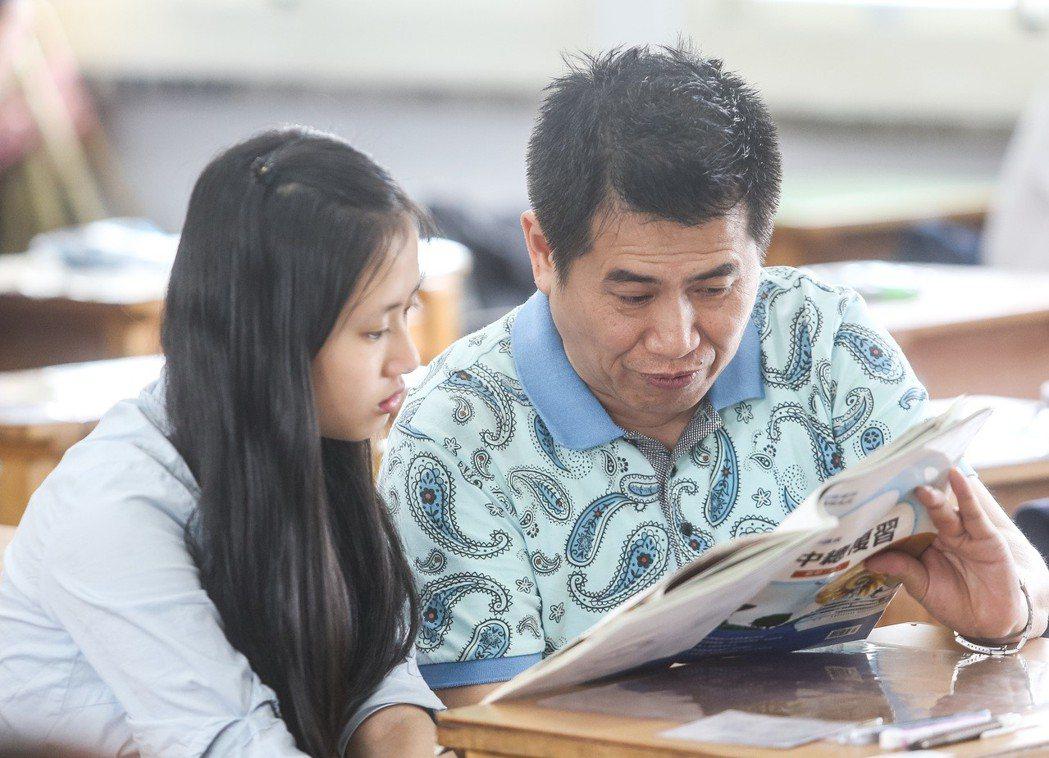家長陪著考生在考前把握時間溫習。聯合報系資料照/記者黃威彬攝影