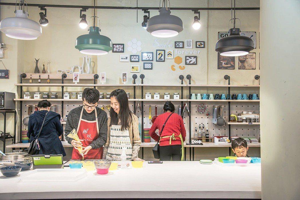 十足有魅力的趣玩烘焙DIY,有不少企業包場及相當多親子前來一起同樂。