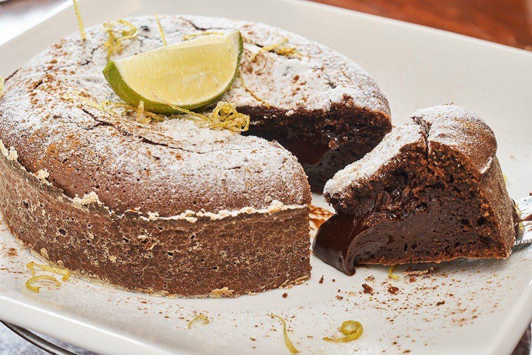 切開後會流出濃濃巧可立醬的「熔岩巧克力蛋糕」以85%的巧克力製成,香濃滑順。