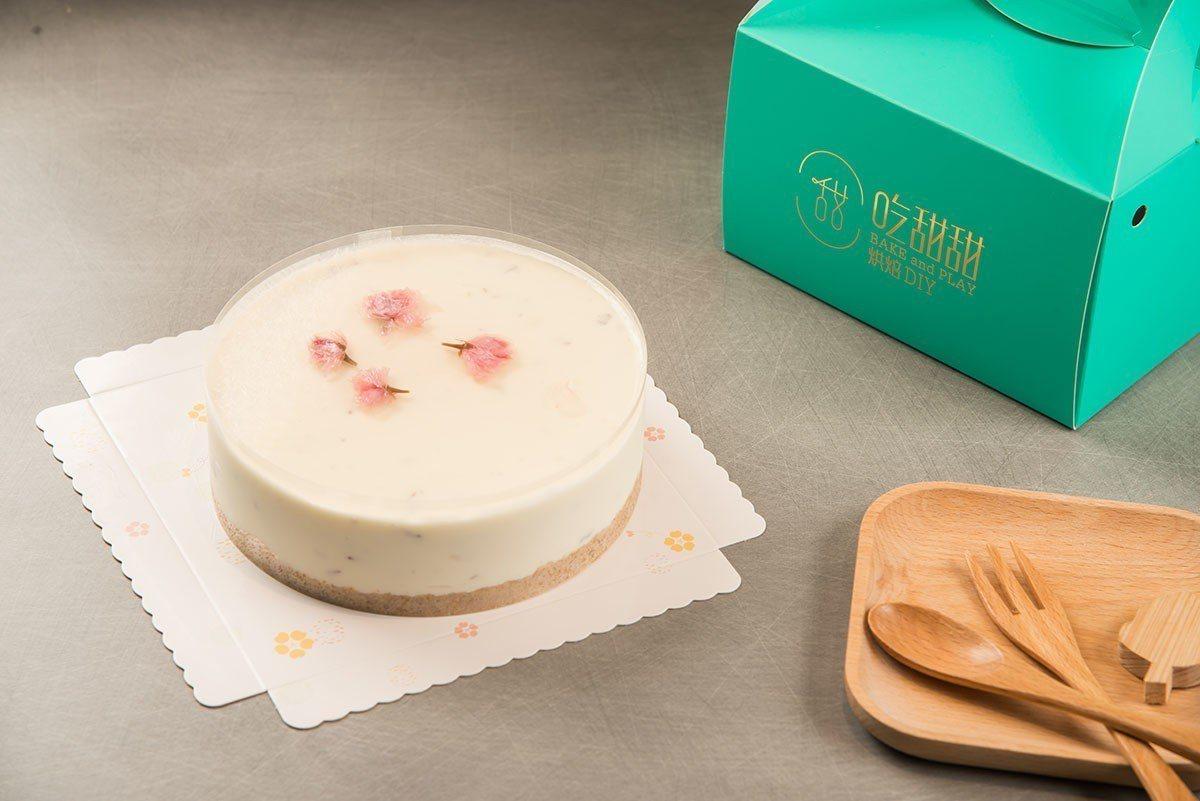 融入情感心意製作的洛櫻繽紛乳酪慕斯蛋糕,滿是療癒和快樂的好滋味。