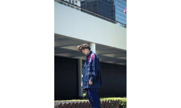 TONE ON TONE 的全藍色調造型,透過極寬版的丹寧外套對比正常直筒長褲,...