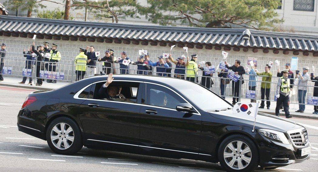 南韓總統文在寅27日上午動身前往非軍事區,參加和北韓領導人金正恩舉行的歷史性峰會...