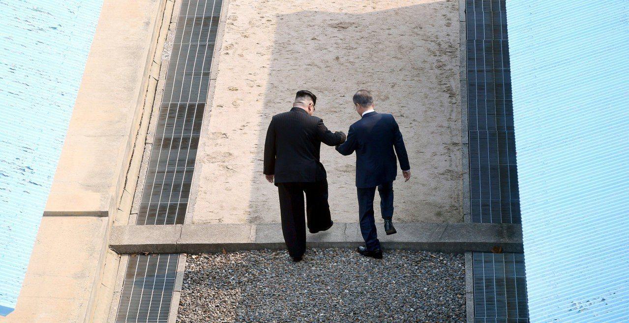 北韓領導人金正恩今天首度訪問南韓,與南韓總統文在寅在兩韓軍事分界線上握手時,兩人...