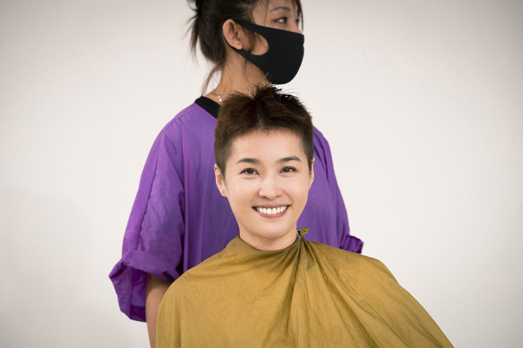 小嫻為演出「女兵日記」落髮剃成小男生頭。圖/TVBS提供