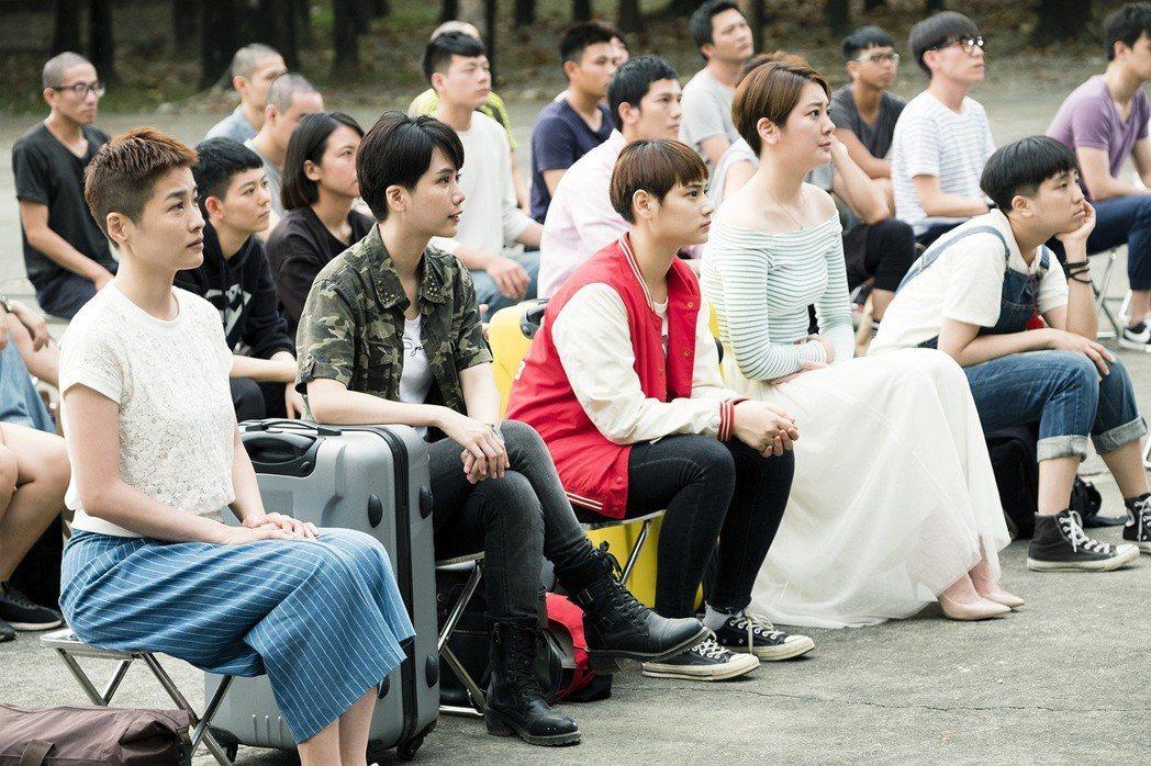 「女兵日記」演員排排坐剪頭髮。圖/TVBS提供