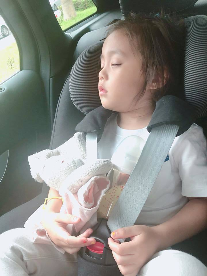 咘咘累到秒睡照遭出賣,半闔眼睡相一樣超可愛。圖/摘自臉書