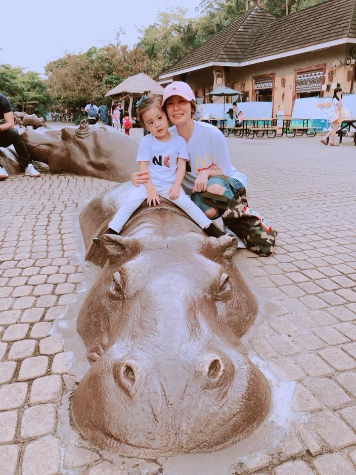 賈靜雯分享動物園出遊照,可愛的咘咘萌翻粉絲。圖/摘自臉書