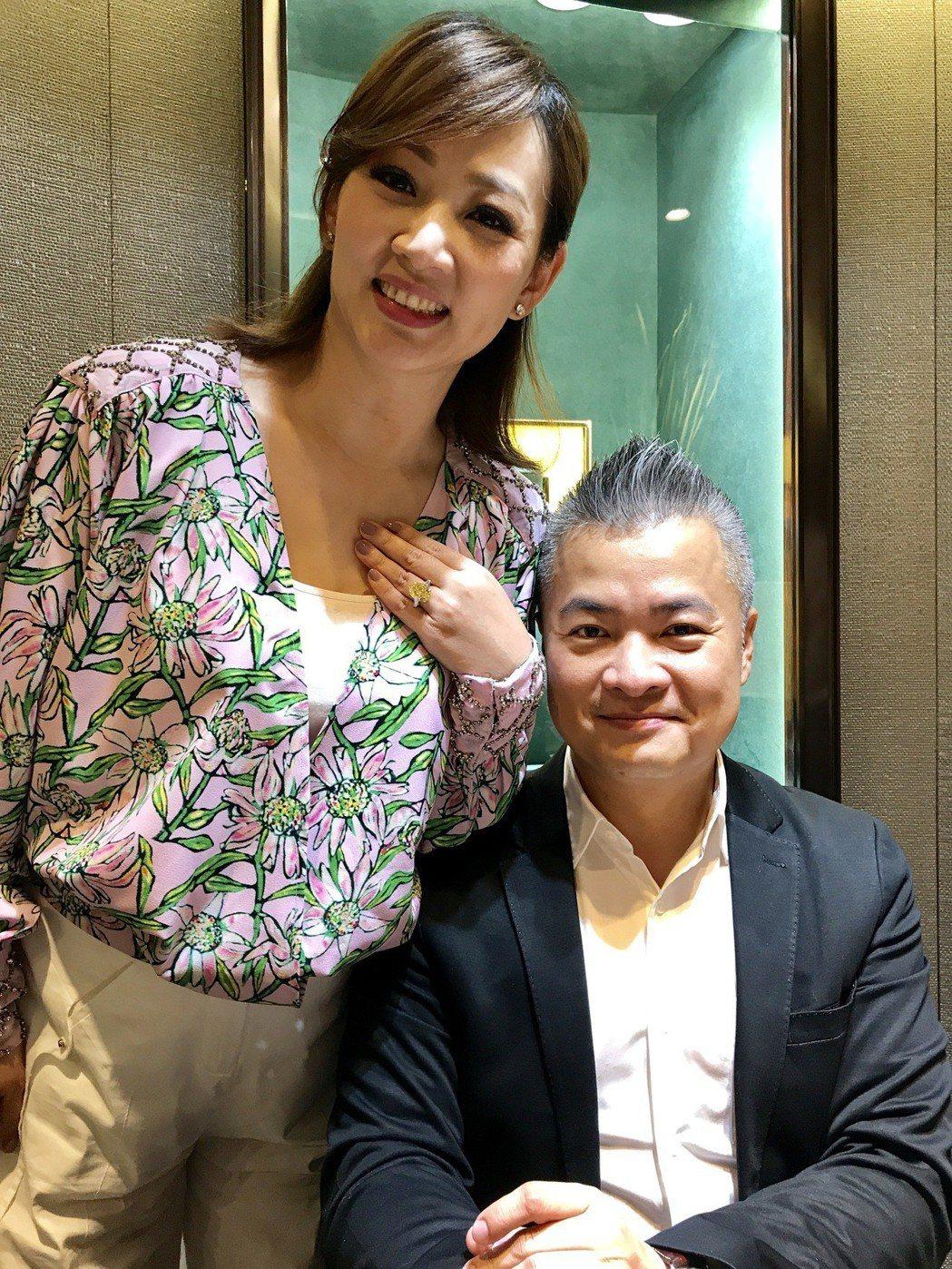 郁方(左)跟老公賢伉儷一起經營珠寶事業。記者葉君遠攝影