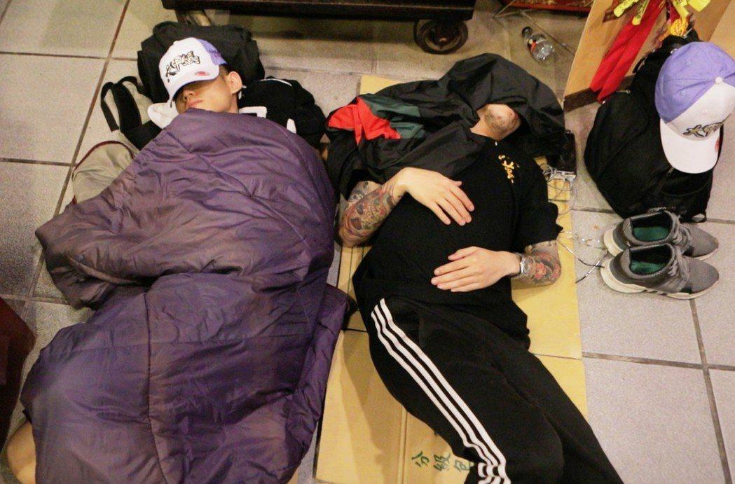 草屯囝仔參加大甲媽祖遶境活動,每天睡不到5小時,有時累了睡癱在貨車上。圖/混血兒...