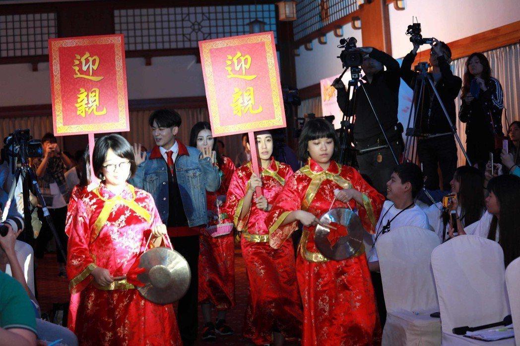 「小樂」吳思賢以古式迎親隊伍出場。圖/育駿科技提供