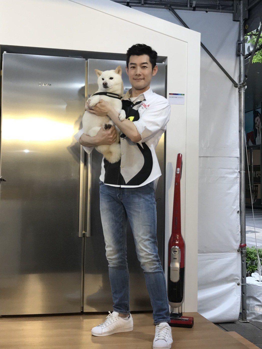 施易男出席活動,開心抱狗狗。記者陳慧貞/攝影