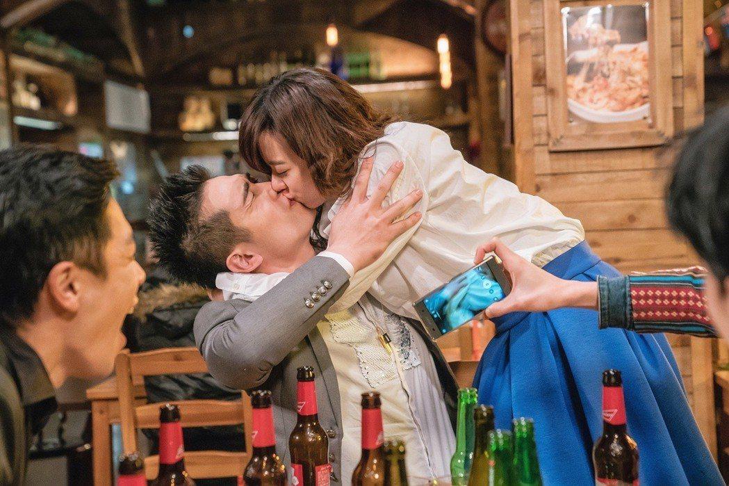 孟耿如在戲中大解放,竟強吻初次見面的利晴天。圖/東森提供
