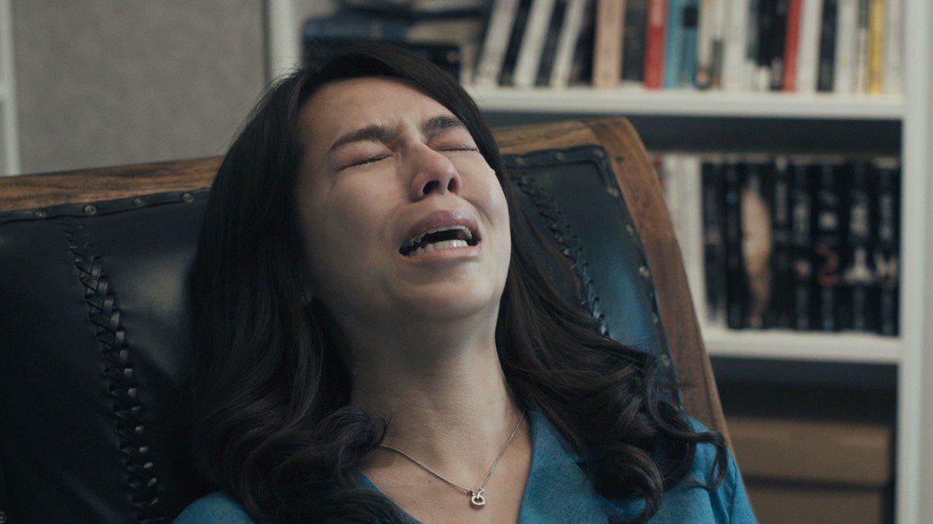 夏于喬拍攝回憶父親的戲份崩潰大哭。圖/民視提供