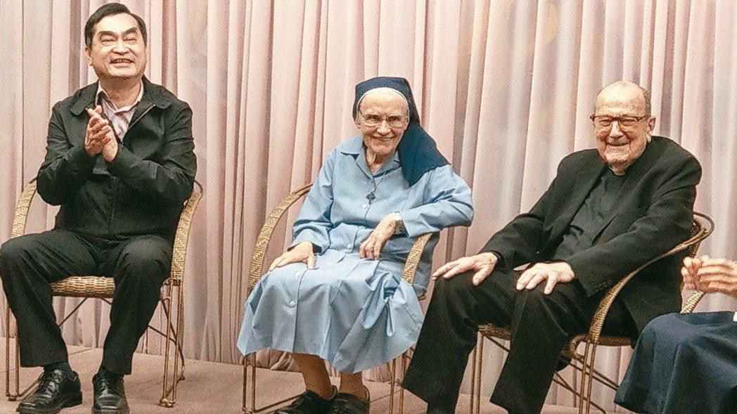 夏明麗修女(左)繼賴甘霖神父(右)等人後,成為北市第五位以特殊功勳,歸化我國國籍的傑出外國人士。 記者楊正海/攝影