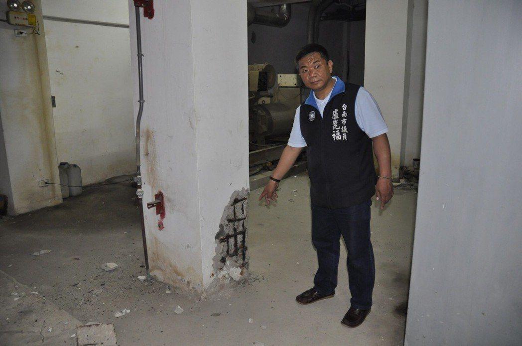 國民黨台南市議員盧崑福到安平二期國宅現勘,指出建物有多處鋼筋外露、水泥嚴重剝落。...