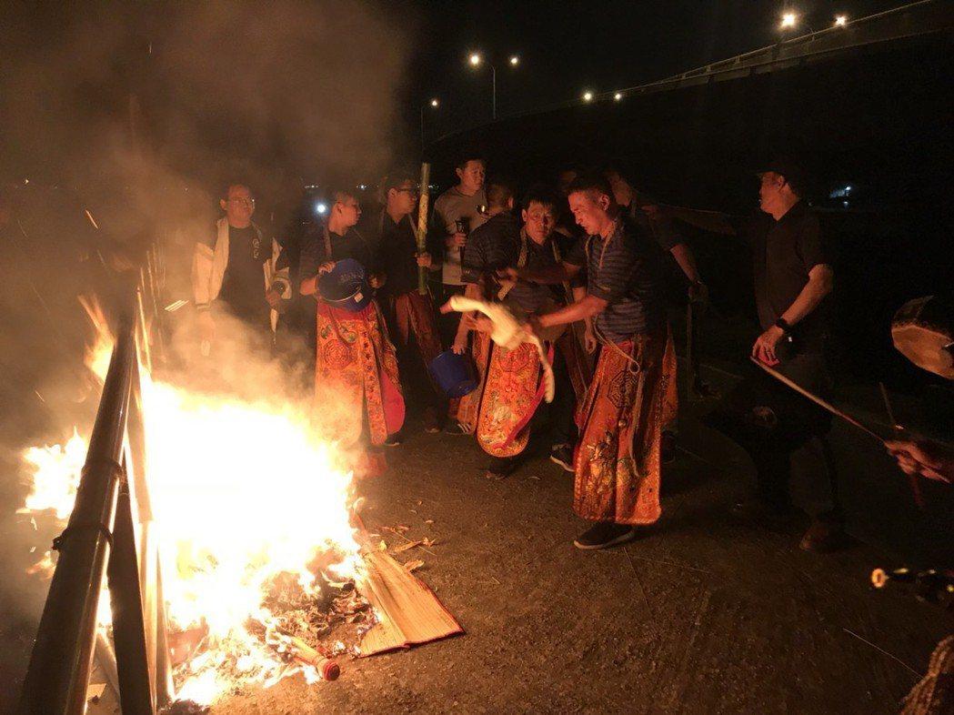 鹿港前晚「送肉粽」,到海邊由法師拿鴨子來「押煞」,最後再把象徵吊客替身的草人等物...