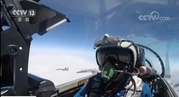 中共戰機飛行員與我軍戰機相互對峙。圖/截自央視