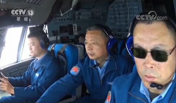 央視記者拍攝戰機內實景。圖/截自央視