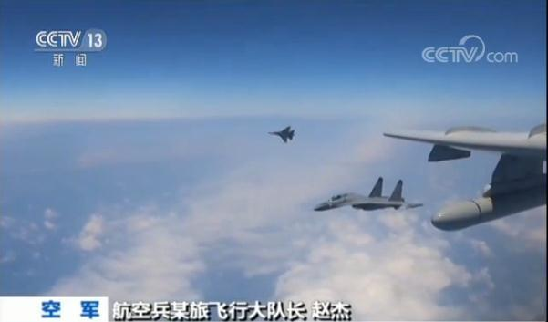 我國軍F-16戰機(左)抵近飛行。圖/截自央視