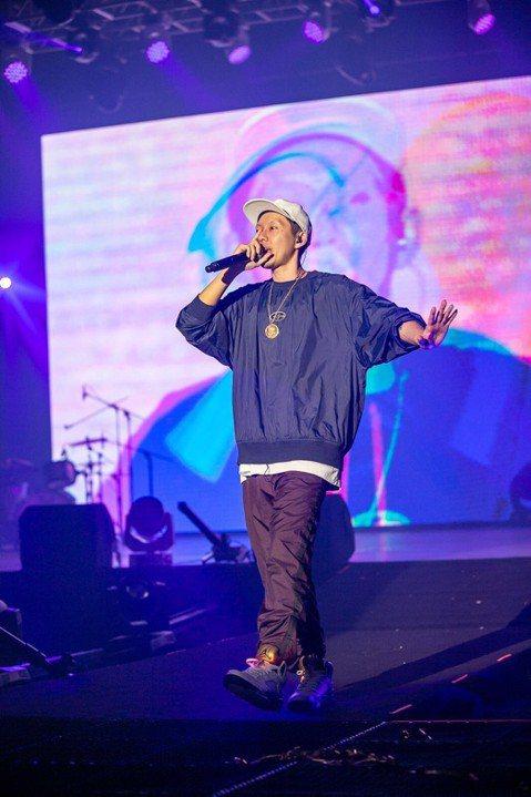 台灣嘻哈音樂節「龍虎門音樂節 LONG HU MEN FESTIVAL: INTRO」,集結18組嘻哈歌手,演唱超過50首歌曲,現場吸引超過2000名樂迷朝聖,塞爆台大體育館,票房進帳500萬台幣。...
