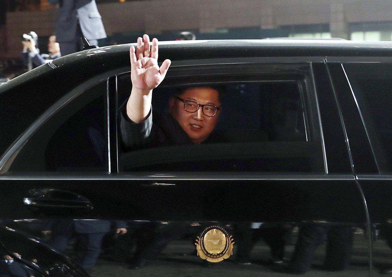 兩韓峰會畫下句點,金正恩北返揮手,第一夫人相擁道別。 美聯社