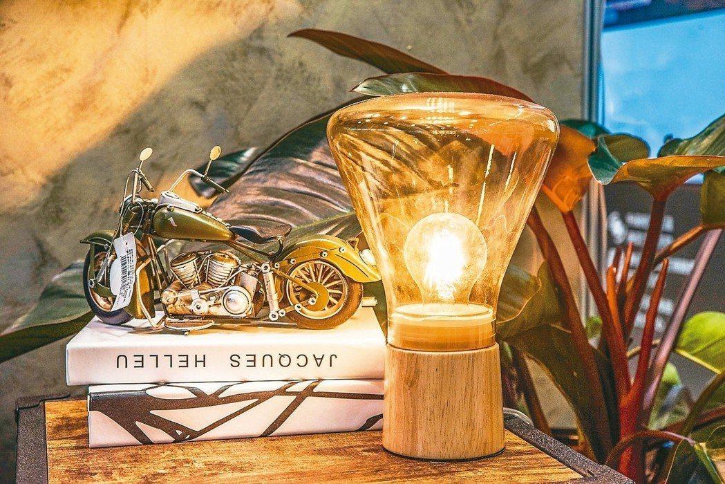 採用LED燈絲燈泡的愛迪生裝飾型桌燈,售價2590元。 特力屋/提供