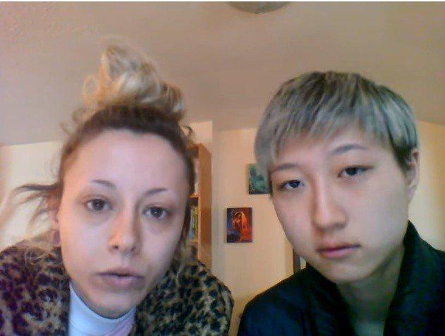 吳卓林(右)拍影片向成龍求救,自曝已睡在天橋下一個月。圖/翻攝自Youtube