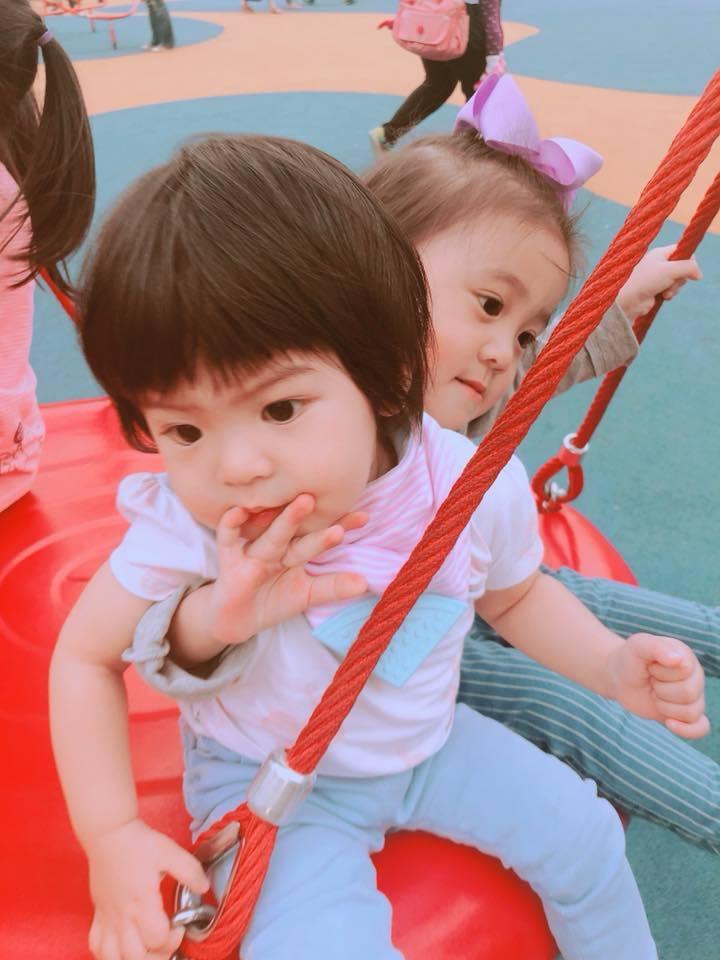 咘咘、Bo妞姐妹超級可愛。圖/摘自臉書
