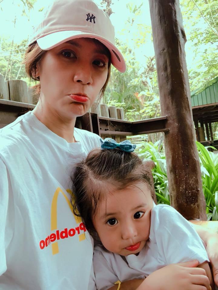 賈靜雯帶咘咘到動物園玩。圖/摘自臉書