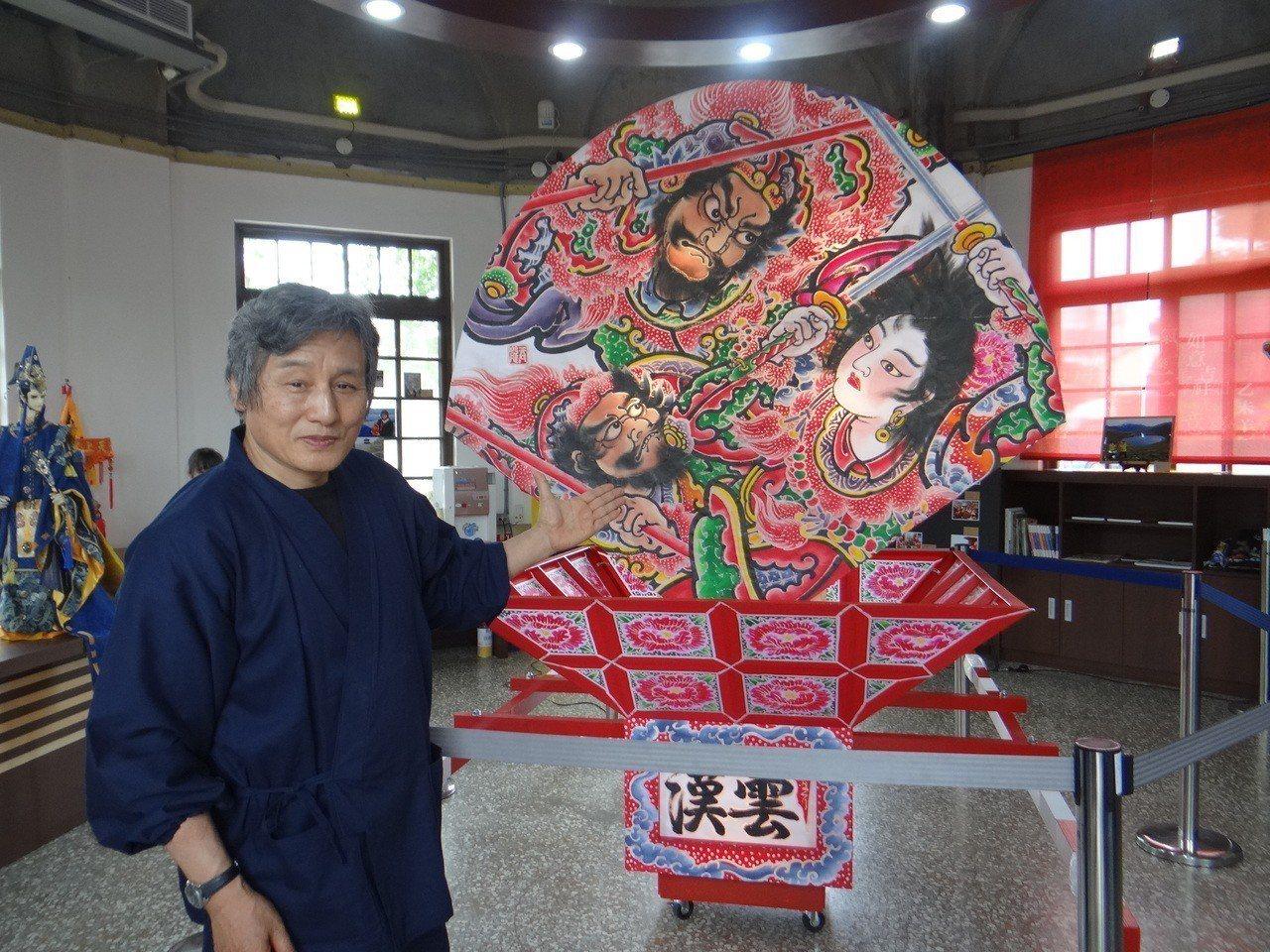日本弘前市三浦吞龍燈藝大師受邀到北港交流,並製作日本最有名的「睡魔祭」扇形燈籠花...