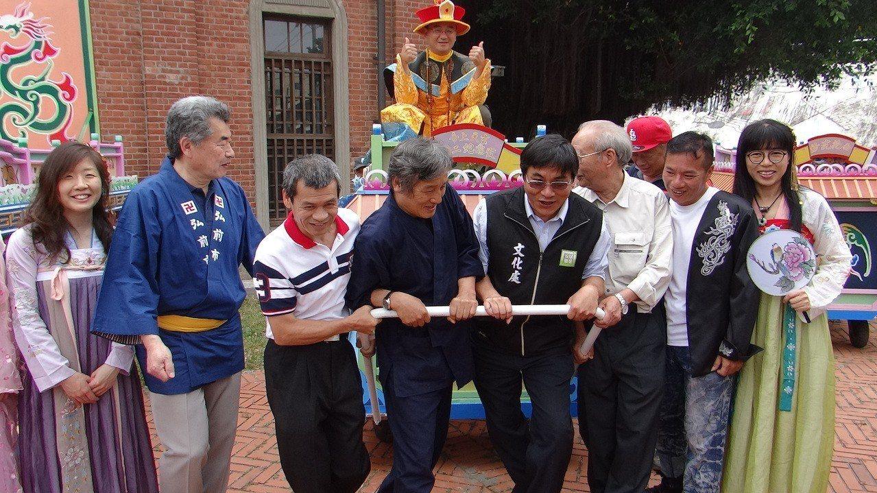 日本藝術代表團也體驗傳統人力拉車藝閣的樂趣。記者蔡維斌/攝影