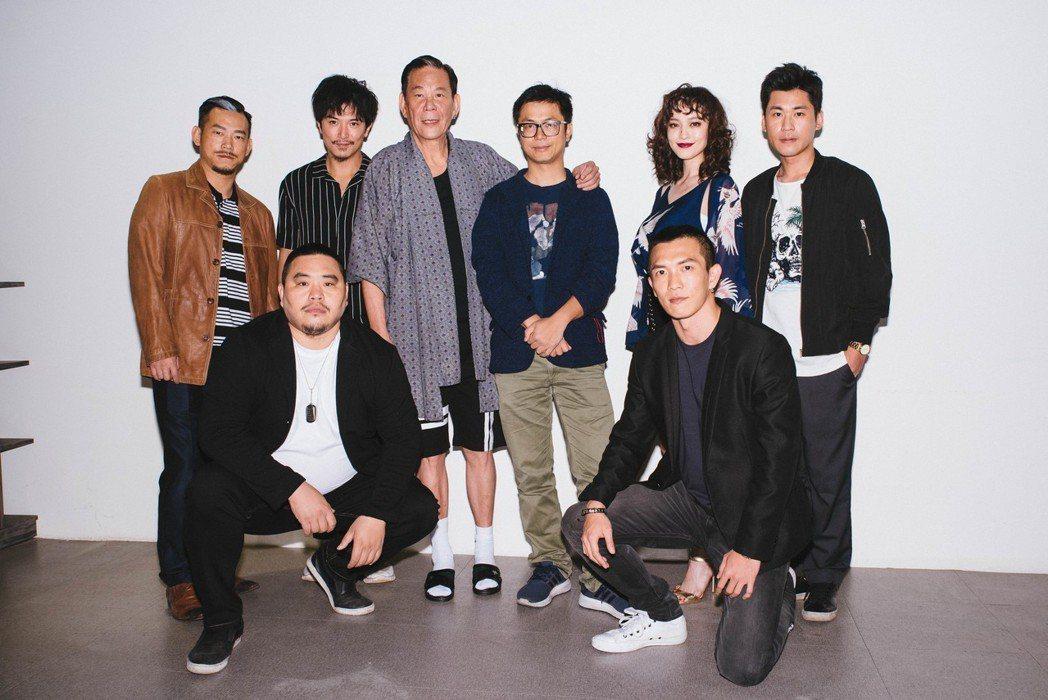 「江湖無難事」主要演員與導演一起大合照。圖/華映提供