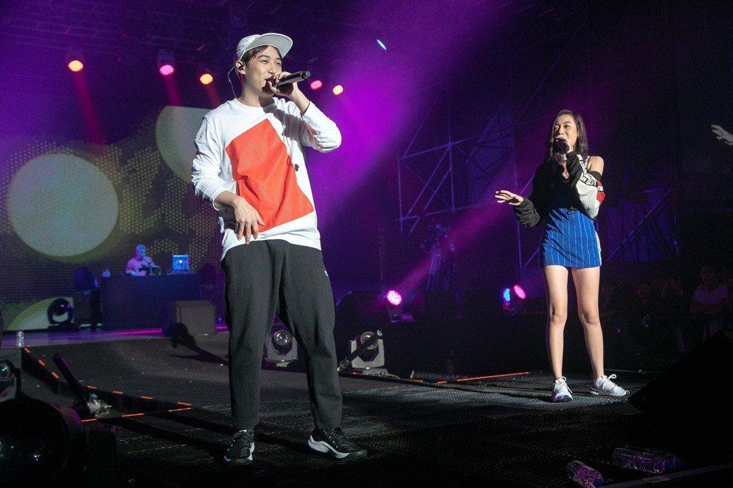 熊仔和吳卓源(右)同台合唱「買榜」。圖/JUSTLIVE 就是現場提供