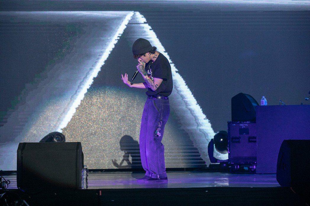 韓國嘻哈歌手禹元材賣力飆唱帶來30分鐘9首歌的精彩節目。圖/JUSTLIVE 就...