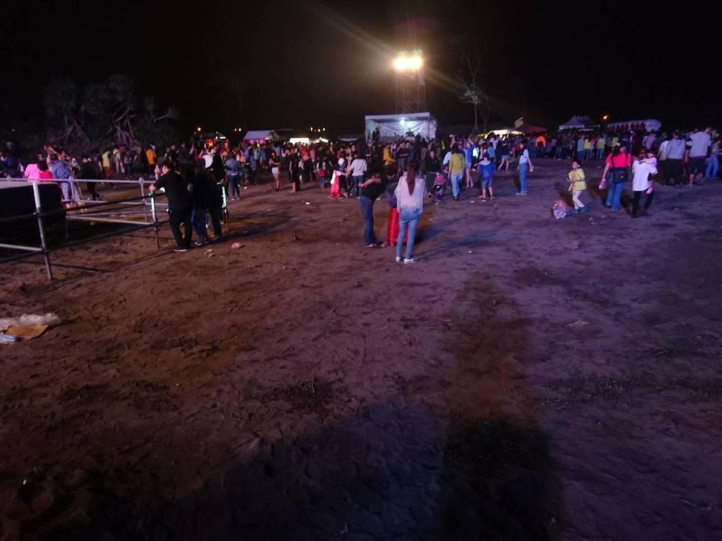 玖壹壹壓軸的數千人演唱會在激情氣氛中結束,工作人員引導人潮離場,準備清理垃圾,沒...
