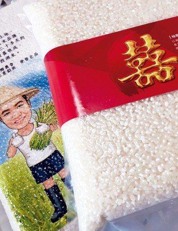 接受新人訂製的包裝米。 朱慧芳