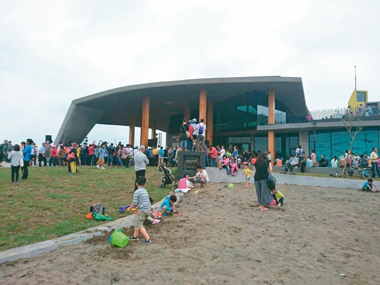 宜蘭新設的「壯圍沙丘旅遊服務園區」昨開幕,建物融合地景,有沙可玩。 記者羅建旺/...