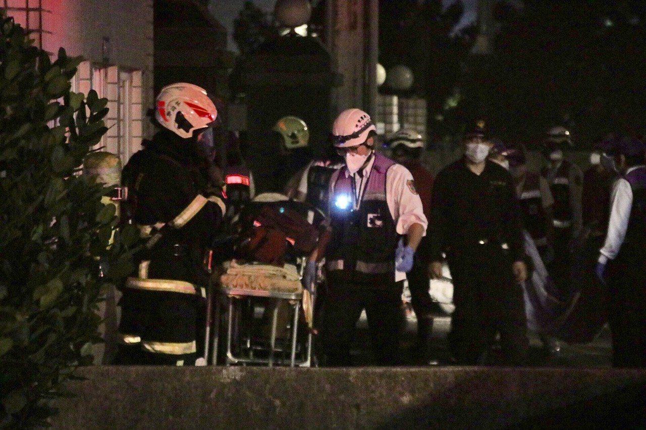 消防局動員上百人搶救,並準備擔架等隨時衝入救人。 記者曾健祐/攝影