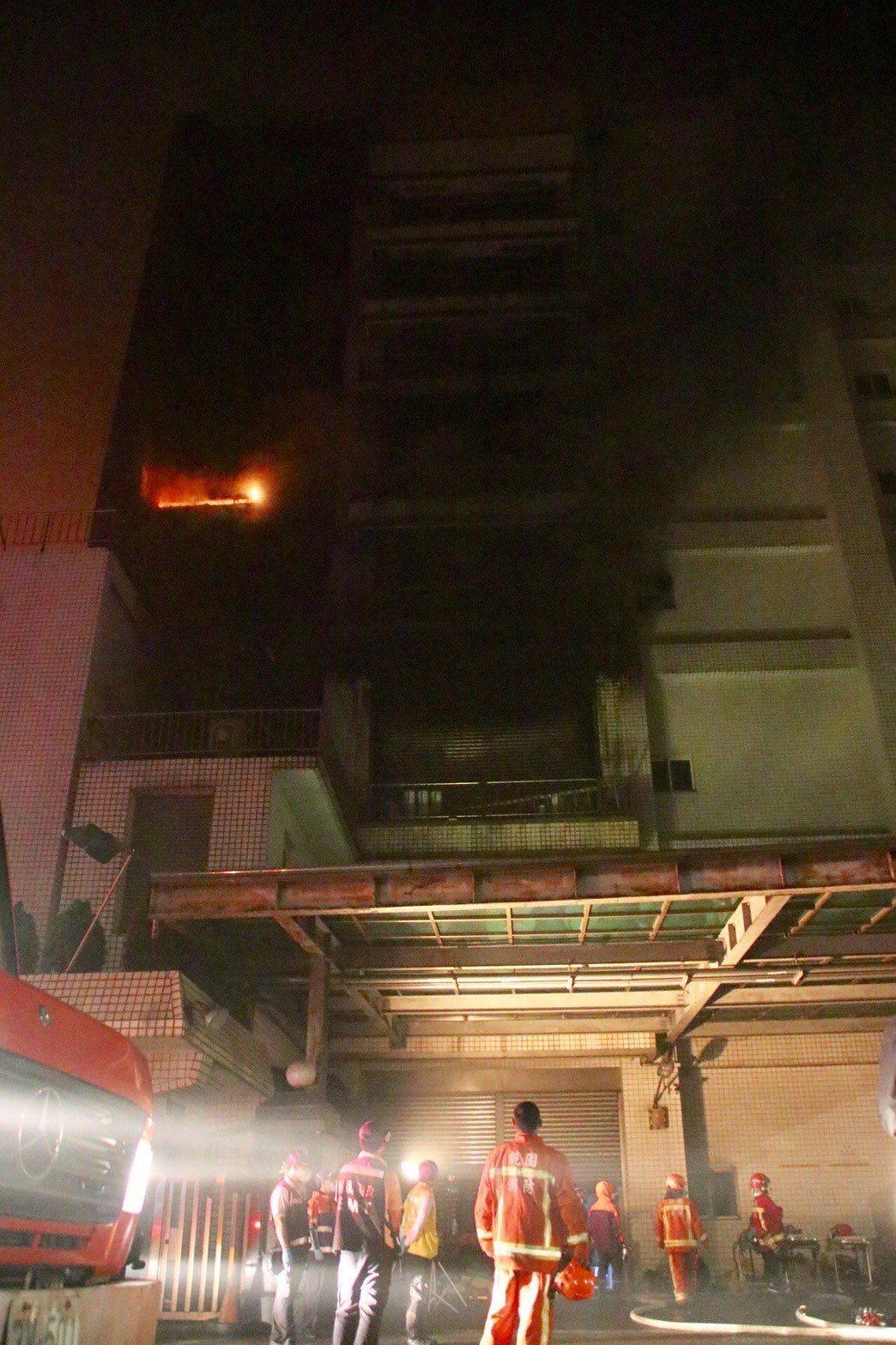 敬鵬工業位於桃園平鎮區廠房失火,消防局動員上百人搶救。 記者曾健祐/攝影