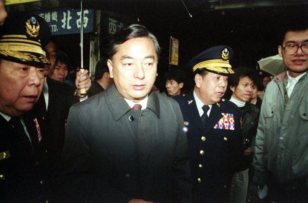 台北市「論情」西餐廳火警,當時的台北市長黃大洲到場勘查。 圖/聯合報系資料照片