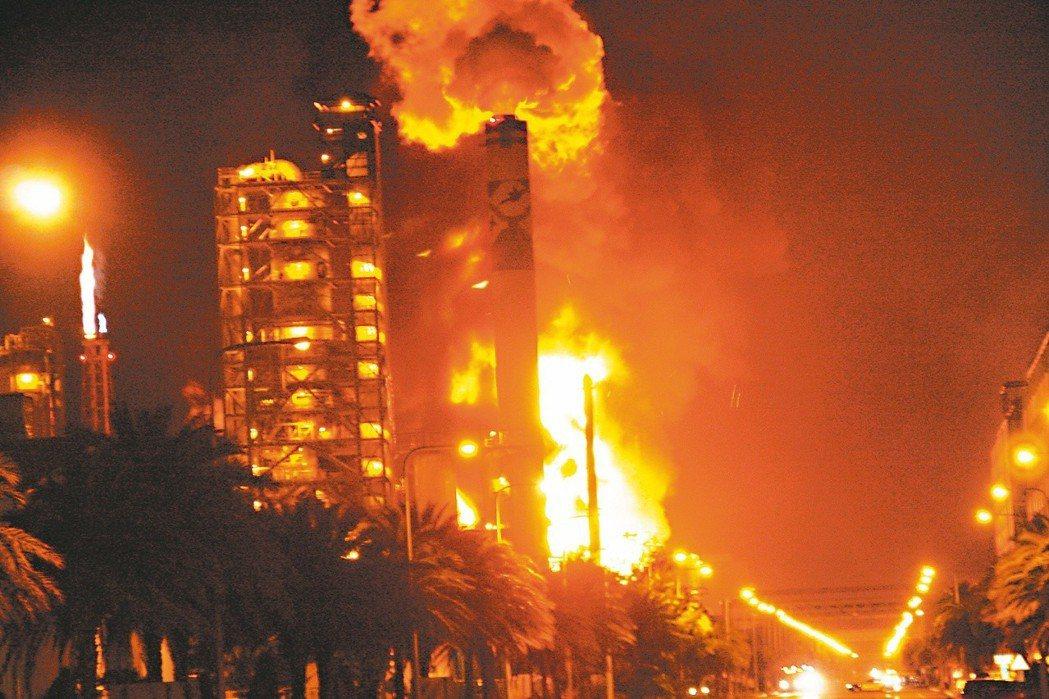 2010年7月25日,六輕重油煉油廠重油外洩引發大火。 圖/聯合報系資料照片