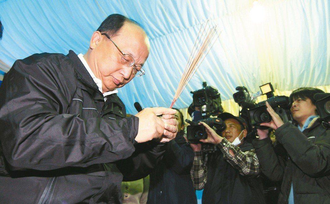 台中市ALA PUB大火,當時的台中市長胡志強到殯儀館上香。 圖/聯合報系資...
