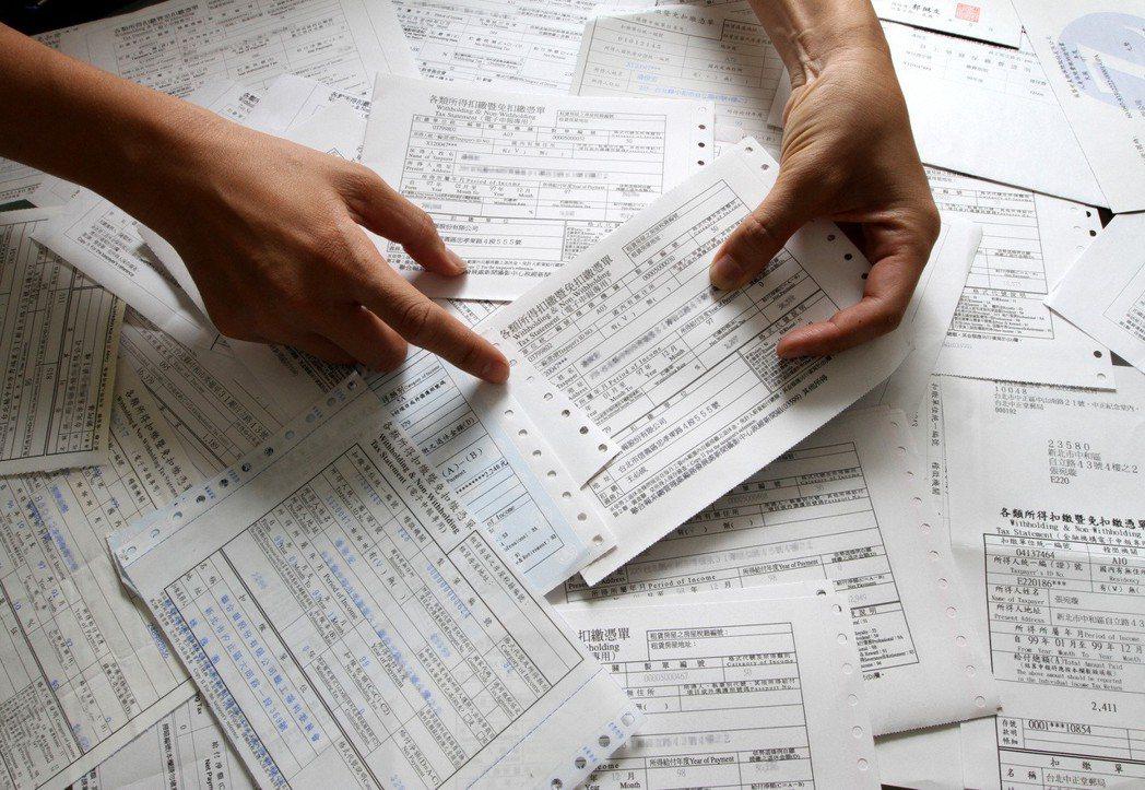 所得稅扣繳憑單配圖,設計畫面。 記者潘俊宏/攝影