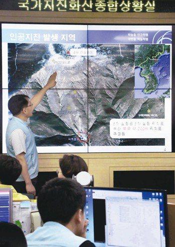北韓領導人金正恩在兩韓峰會上提議5月關閉豐溪里核試場。圖為南韓官員解釋北韓豐溪里核試場測得人為地震的檔案照。 歐新社